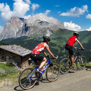 Andare in mountain bike sull'Alpe di Siusi verso il Sasso Piatto